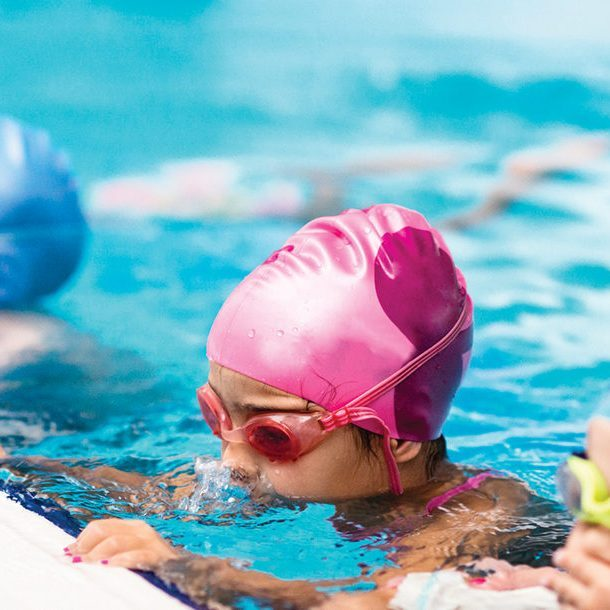 children-on-swimming-class-473428034_med-1559x610-circle